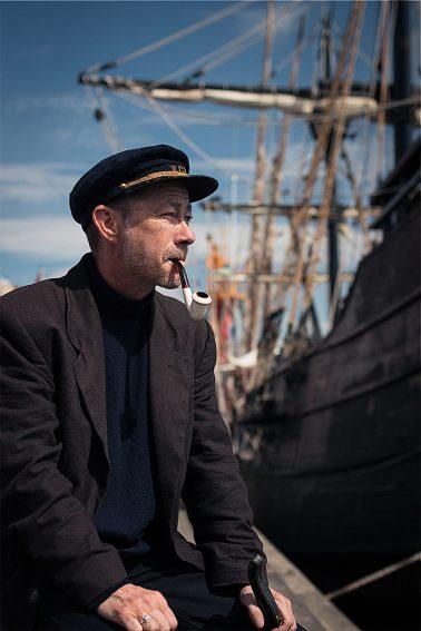 Kapitän Haddock vor dem Segelschiff