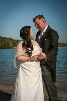 Hochzeitspaar am See