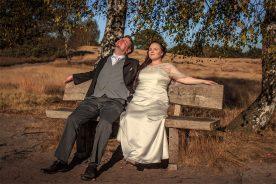 Hochzeitspaar auf Bank
