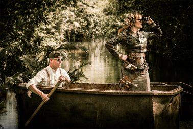 Steampunk-Mechanics in Boot vor Dschungel-Kulisse