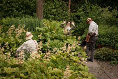 Botanischer Garten - 3 Personen in Steampunkkleidung - Kartenbesprechung - mit Fotobomb