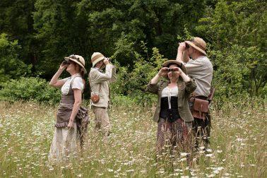 Botanischer Garten - Japanischer Garten - 4 Personen in Steampunkkleidung auf Blumenwiese