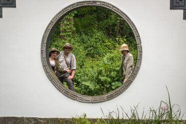 Botanischer Garten - Japanischer Garten - 3 Personen hinter rundem Fenster