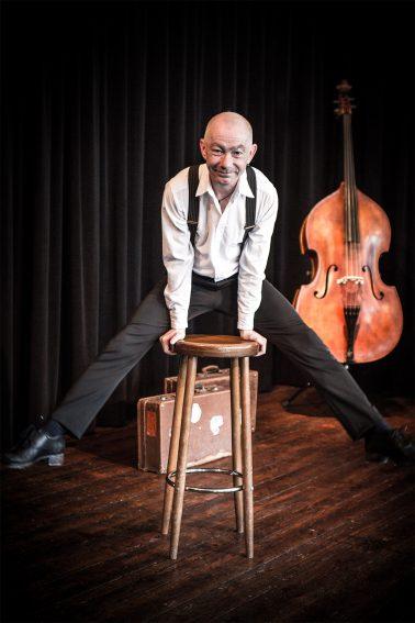 Swingtime - Frank mit Barhocker