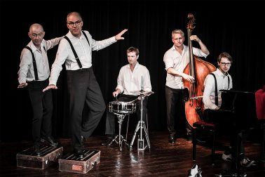 Swingtime - drei Musiker mit Instrumenten und zwei Steptänzer mit Koffer