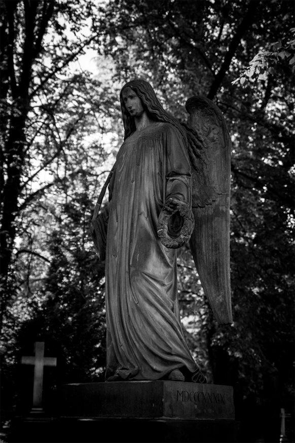 Großer Engel mit Flügeln auf dem alten Friedhof in Bonn