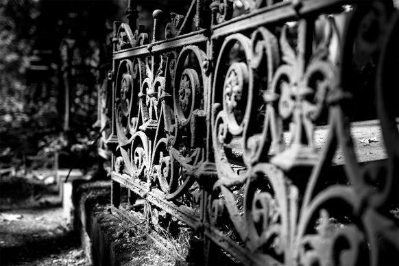 Gitter um ein Grab auf dem alten Friedhof in Bonn