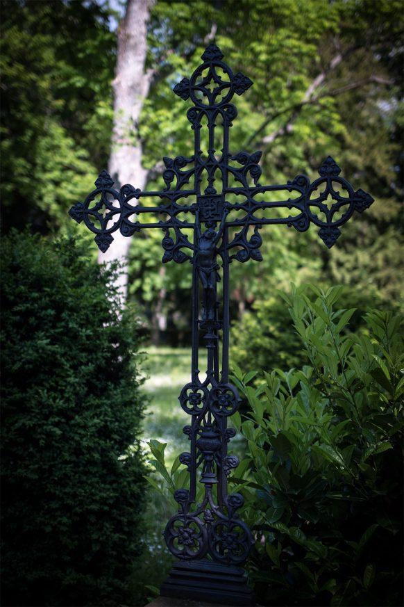 Gusseisernes Kreuz auf dem alten Friedhof in Bonn