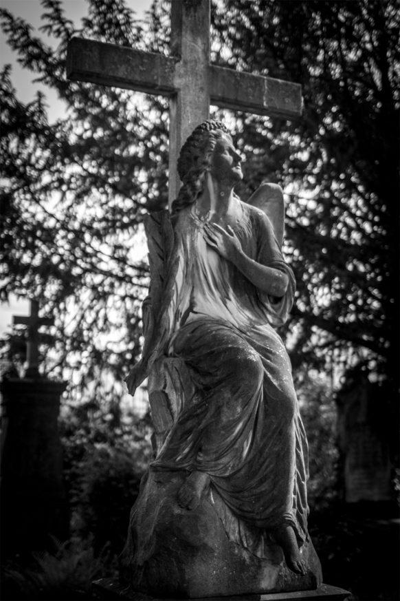 Friedhofsengel vor einem Kreuz auf dem alten Friedhof in Bonn
